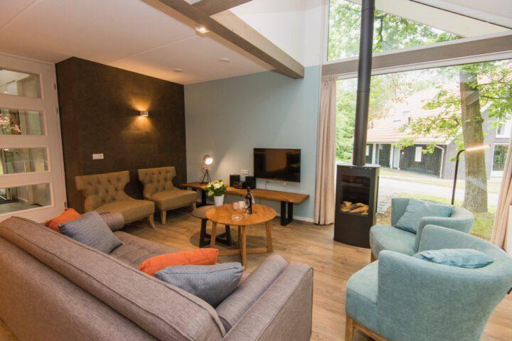 Modern en warm interieur met sfeerhaard