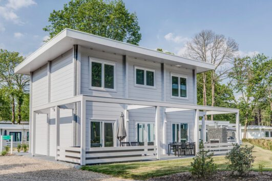 Een modern wit vakantiehuis
