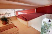 Tweepersoons bed op een vide in het vakantiehuis