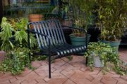 Zwarte metalen tuinstoel bij het vakantiehuis
