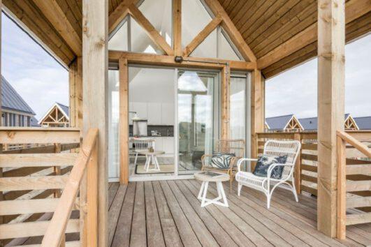 Overdekt terras bij het tiny house bij het strand