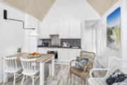 Wit interieur van het tiny house