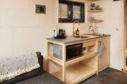 Eenvoudig keukenblok in het tiny house