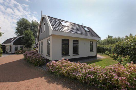 Wit vakantiehuisje op het vakantiepark bij Egmond