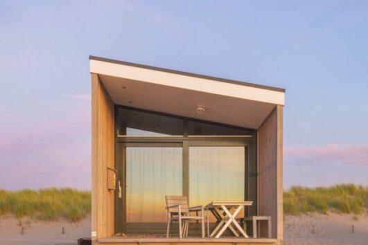 Strak vormgegeven strandhuisje op het strand bij Kijkduin