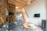 Scandinavisch ingericht tiny house met grijs, hout en beton