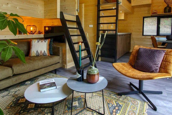 Zithoek in het extra grote tiny house bij de Maasduinen