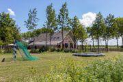 Vakantiehuis voor groepen met trampoline in de tuin
