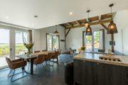 Keuken en eettafel in het grote vakantiehuis