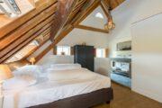 Slaapkamer onder de balken, met eigen badkamer