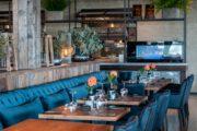 Gedekte tafels in het restaurant bij Waterrijk Oesterdam