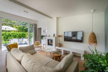 Zonnige woonkamer met Ibiza look in Zeeland