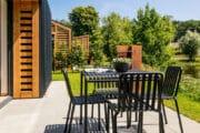 Zwart tuinmeubilair op het terras van de lodge