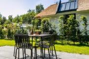 Terras met tuinmeubilair en vakantiehuisje