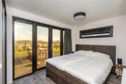 slaapkamer met tweepersoons bed bij vakantiepark Zeedijk