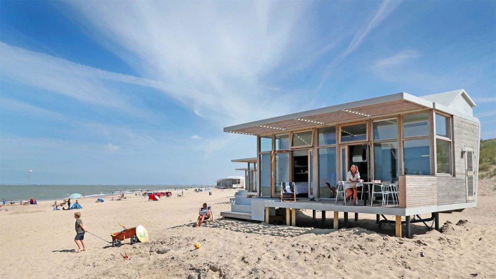 Terras aan de strandkant van het strandhuisje