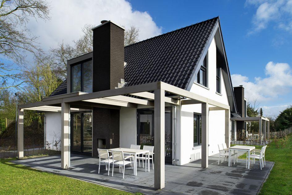 Wit vakantiehuis met terras aan beide zijden