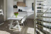 Eethoek met keuken en de trap naar de eerste verdieping