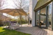 Terras met loungehoek bij een vakantiehuis op Texel