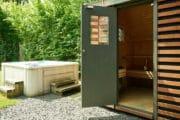 Jacuzzi en sauna bij het vakantiehuis in Schoorl