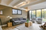 Lichte woonkamer met grote glazen pui