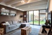 Woonkamer van het luxe vakantiehuis in Schoorl