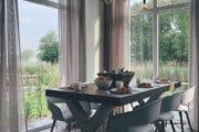 Eettafel in een ruimte met grote ramen