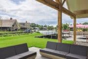 Loungeset met uitzicht op een grasveld en het water