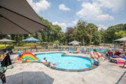 Zwembad met peuterbad bij de vakantiehuizen