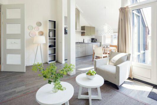 Woonkamer met witte meubels in een vakantiehuis van Landal