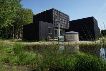 Duurzaam huisje in de natuur met een hot tub in de tuin