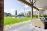 Tuin met loungeset en uitzicht op het water