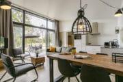 Ruime woonkamer met eethoek en keuken in het vakantiehuis in Drenthe