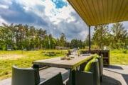 Gedekte tafel en buitenkeuken bij het vakantiehuis