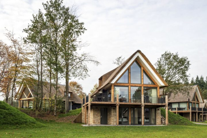Luxe vakantievilla met rieten dak, duurzaam gebouwd.