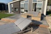 Vakantiehuis met loungehoek op het terras en ligbedden