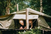 Tent bij het vakantiehuis in het bos